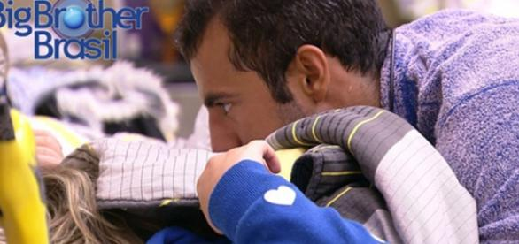 Matheus foi tentar acordar Cacau com beijos