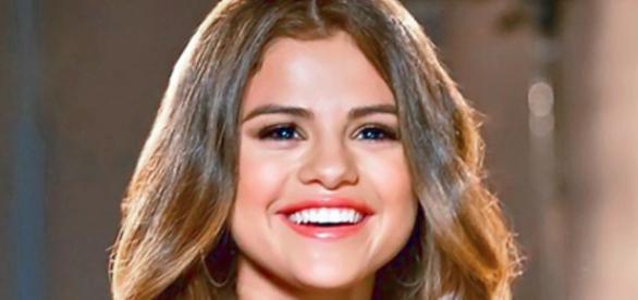 Selena quer dar presente fofo às suas BFFs
