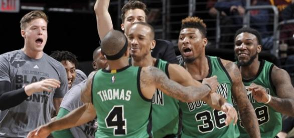 Boston Celtics comemorando a vitória.