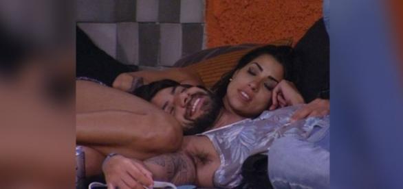 Renan e Juliana trocam carinhos no BBB16