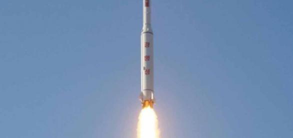 Corea del Norte lanzó un cohete este domingo