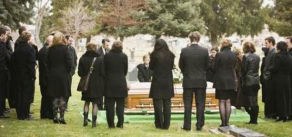 Mulher surpreendeu todos chegando no funeral