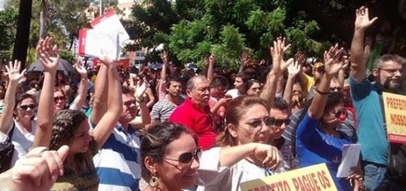 Professores entram em greve por aumento de salário
