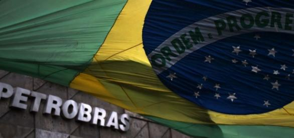 Bandeira do Brasil encobrindo sede da Petrobrás.