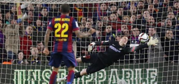 Oblak se estira para evitar un gol del Barcelona