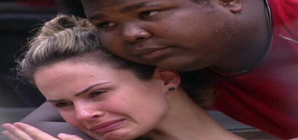 Ana Paula e Ronan se abraçam - Foto/Reprodução