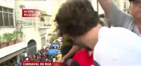 Homem beija repórter na Globo News