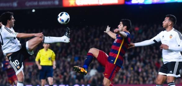 Luis Suárez pugna por un balón en el choque de ida