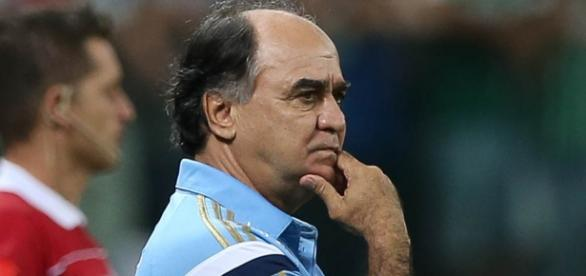 Marcelo Oliveira observa campo de jogo