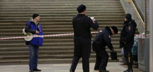 Policiais detiveram a mulher na rua