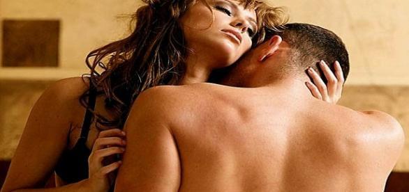 una pareja teniendo una relacion íntima