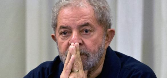 Lula é denunciado por lavagem de dinheiro