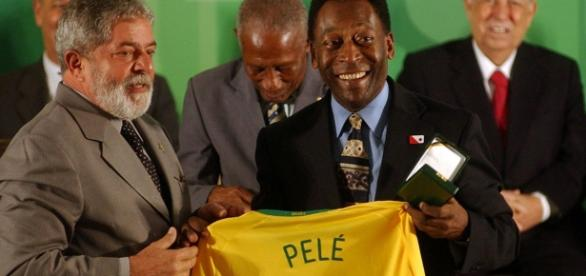 Lula entrega a camisa 10 de Pelé