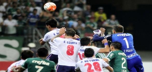 O goleiro Fernando Prass tenta o gol de empate