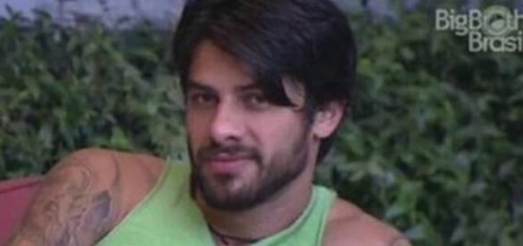 Renan faz pode no jardim do Big Brother