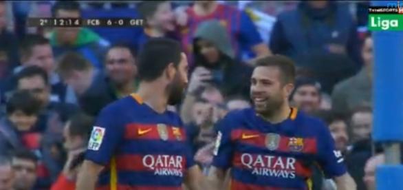 Turán y Alba celebrando el 5º gol del Barcelona