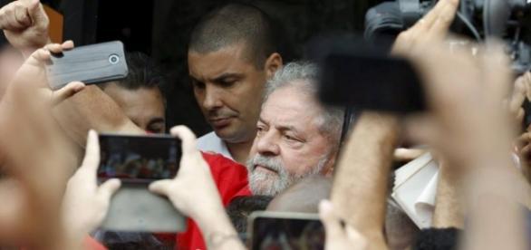 Lula atendeu os militantes na rua