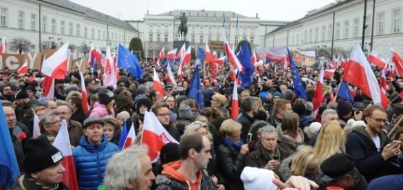 Manifestacja KOD pod Pałacem Prezydenckim.