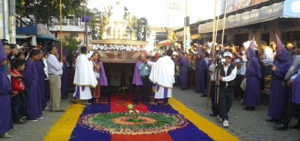 Procesión y Alfombras alusivas a la Semana Santa