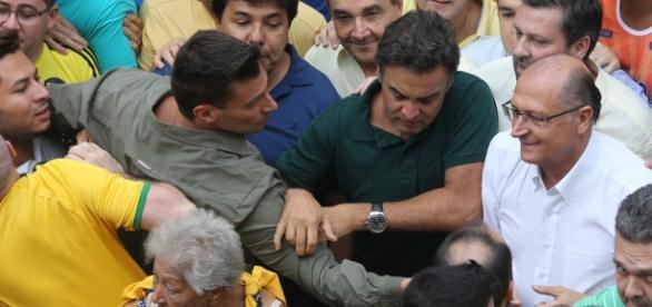 Aécio e Alckmin são hostilizados durante protesto