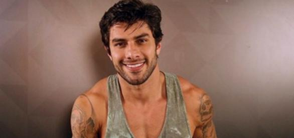 Renan confessa que dentes são de 'mentira'