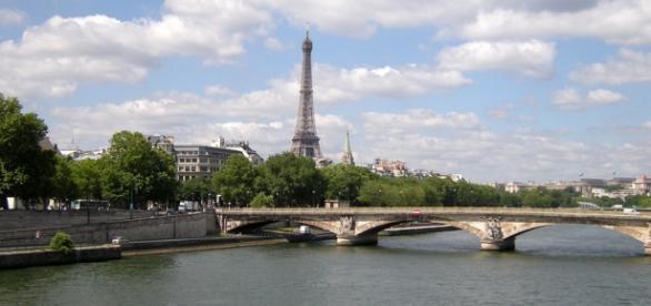 Torre Eiffel sobre el río Sena en París