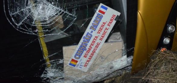 Autocar răsturnat lângă Paşcani