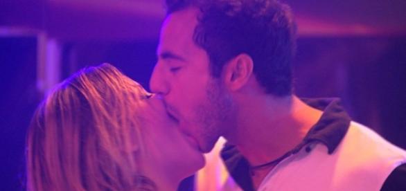 Cacau e Matheus voltam a se beijar na festa
