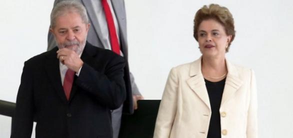 Lula e Dilma descem rampa do Palácio do Planalto