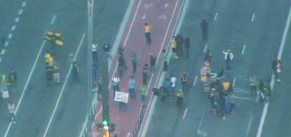 Manifestantes continuam na Avenida Paulista.