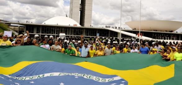 Manifestantes protestando em Brasília