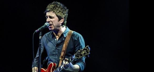 Noel Gallagher tocando en el Luna Park