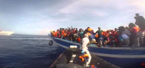Un barcone di migranti, salvati