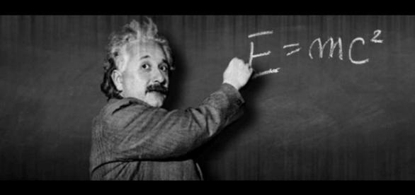 Albert Einstein publica teoria relativității