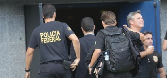 Agentes da polícia Federal chegam à casa de LULA.