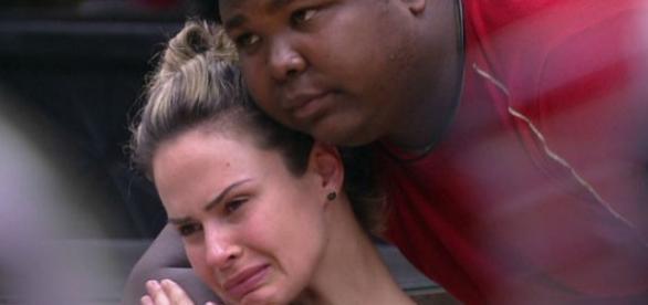 Ana Paula chora, mas continua no BBB