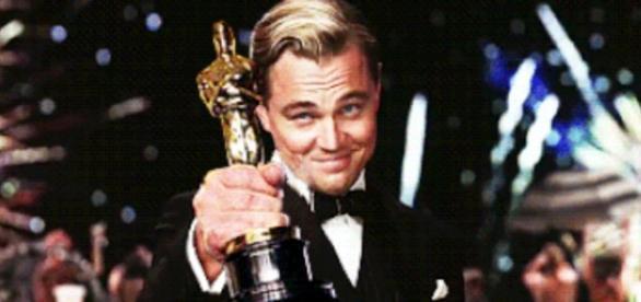 Leonardo DiCaprio esquece o Oscar em restaurante