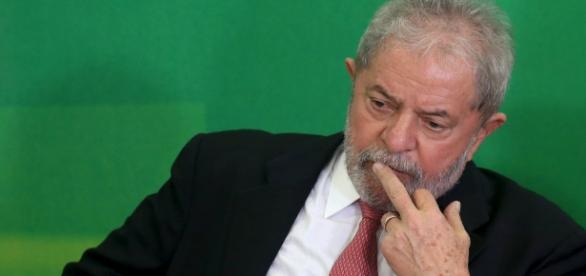 Lula escutando Dilma em cerimônia de posse