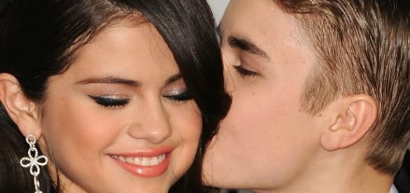 Na fotografia os cantores aparecem se beijando