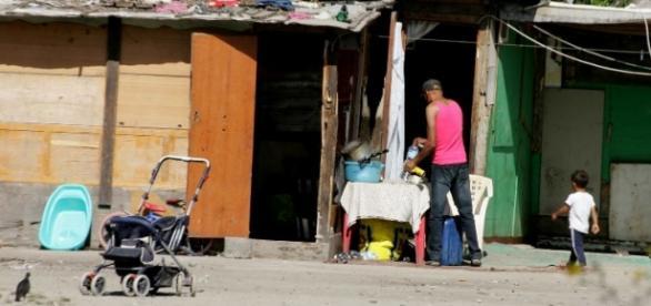 O familie de rromi a vrut să-şi dea copilul pe alcool