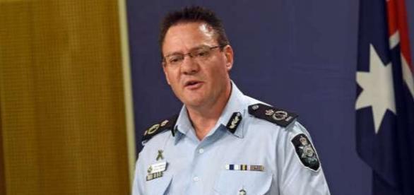 Michael Phelan vorbind cu presa despre caz. Foto AFP