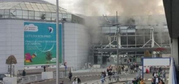 Momentos após as explosões no Aeroporto de Bruxelas; passageiros fogem.