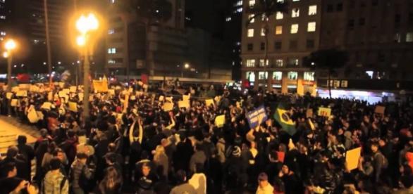 """Protestos no Brasil por causa da operação lava-jato e """"impeachment""""."""