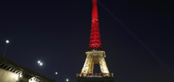 Torre Eiffel foi iluminada com as cores da bandeira belga