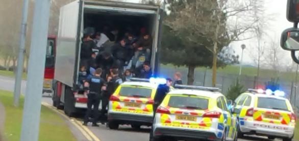 Camion plin cu imigranți descoperit de poliție în UK
