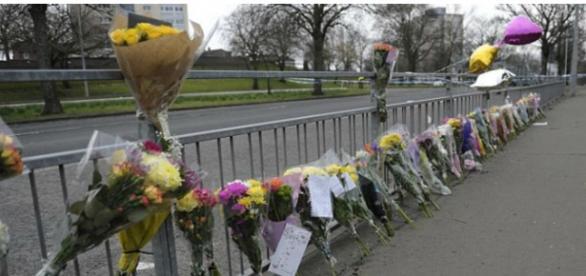 Pessoas estão deixando flores para a menina