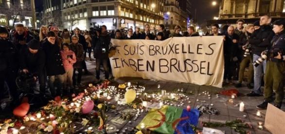 Homenaje de los habitantes de Bruselas a las víctimas.