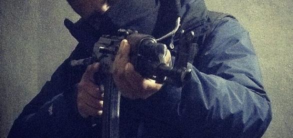 Terorist al ISIS amenința cu o armă