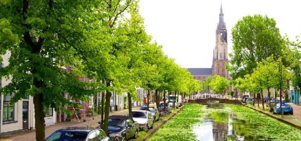 Uno de los muchos canales que pueblan Delft