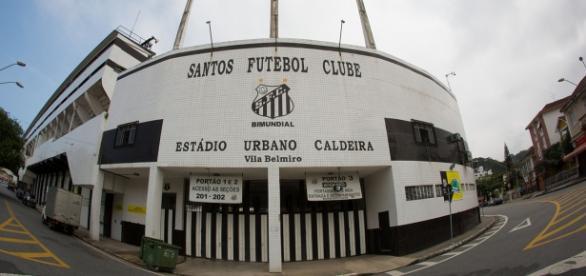 O estádio da Vila Belmiro é o palco do jogo.